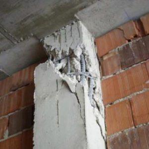 Rotura en cabeza de pilar por efecto de corte de la tabiquería (bielas diagonales) y tabique dañado.